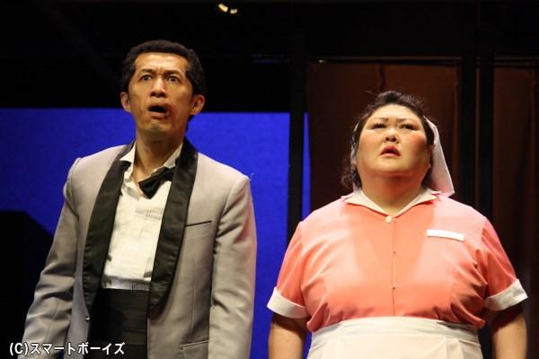 ホテル支配人の岩崎(左・吉増裕士さん)と、元看護婦の清掃員・おばちゃん(右・平田敦子さん)