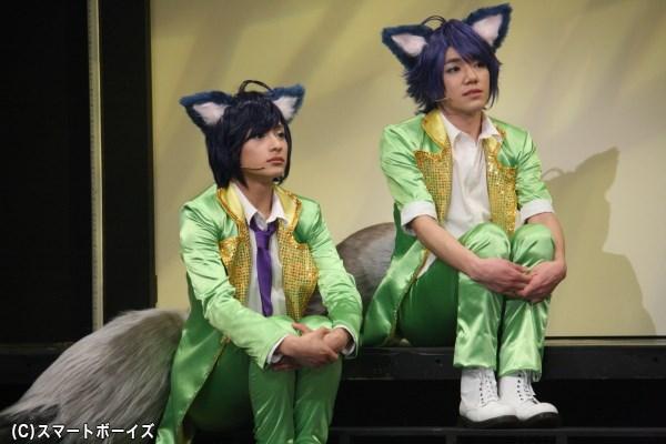 大きなしっぽが可愛らしい、双子アイドルのリク役・橋本祥平さん(左)とカイ役の月岡弘一さん