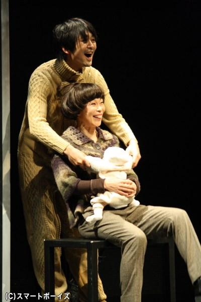 ここでは祖母役の山下さん(写真手前)は、3作それぞれで兄弟に関わる女性役を演じています