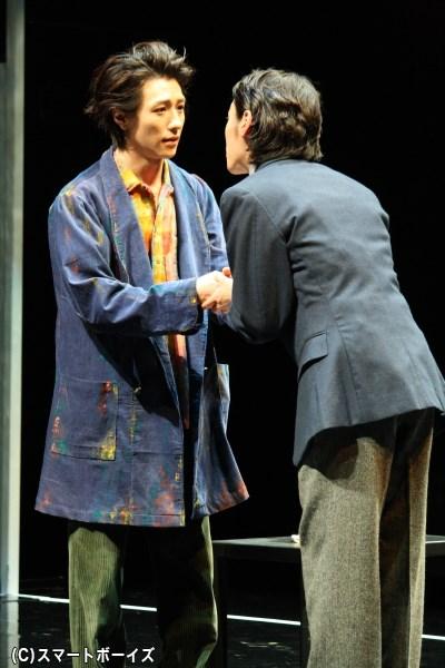 絵を描くこと以外、日常生活もままならないフィンセント・ファン・ゴッホを演じる鈴木さん(写真左)