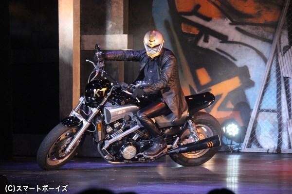 本物の大型バイクが走り回る迫力のステージ!