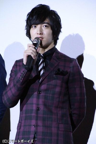 上遠野さんはチェイスカラーのスーツで登場!