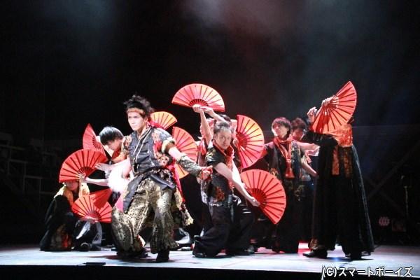 華麗なダンスアクションもさることながら、扇子を使った演出にも注目