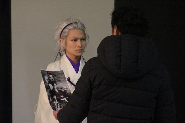 撮影の前に、デザインを見ながらカメラマン氏とイメージを固めていきます