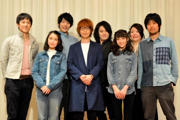 (左から) 西山丈也さん、中江友梨さん、磯貝龍虎さん、鎌苅健太さん、宮下雄也さん、新井ひとみさん、サプライズ登場の小野由香さん、脚本・演出のなるせゆうせいさん