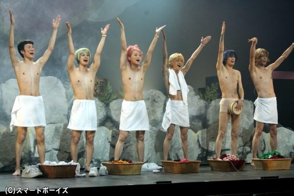 西山丈也さん(写真左端)も加わって、防衛部定番の温泉入浴シーンもバッチリ再現!