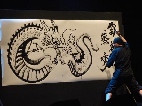 巨大な半紙に躍動感あふれる龍や武将を描く墨絵師の御歌頭さんのパフォーマンスは圧巻!