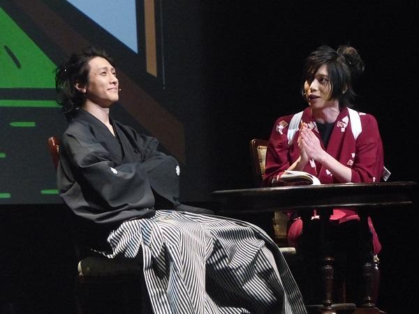 『坂本龍馬~手柄~』で、鈴木拡樹さんが演じる坂本龍馬(左)にインタビューに来た染谷俊之さんとの会話から、意外と知られていない事実が明らかに?
