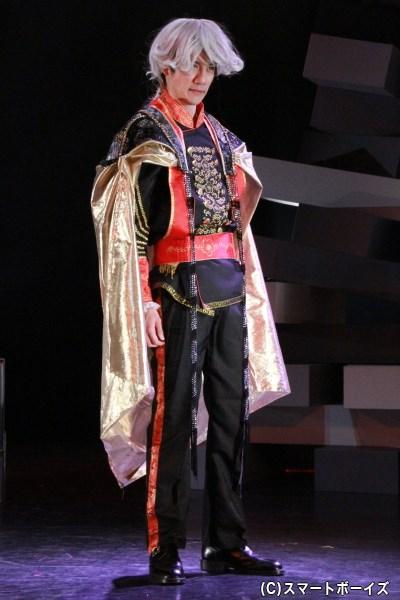 """劇中劇「黄金戦士オロ」では""""残忍の王""""を演じています"""