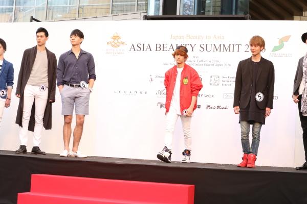 コンテストでは、参加モデルたちがカジュアルファッションの着こなしも披露!
