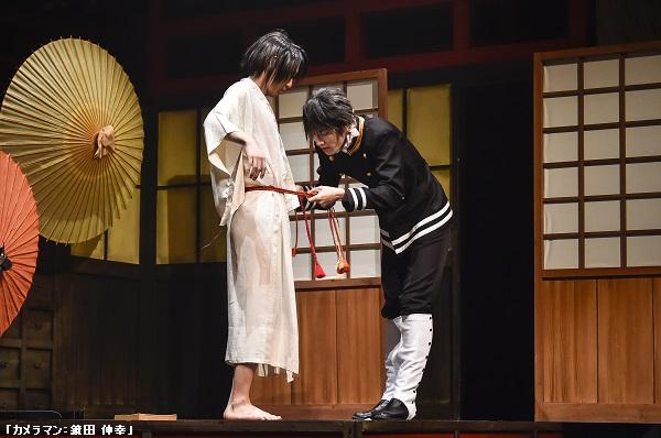 気が付けば限りなく裸に近い格好になっている詩郎の世話を焼く光路郎