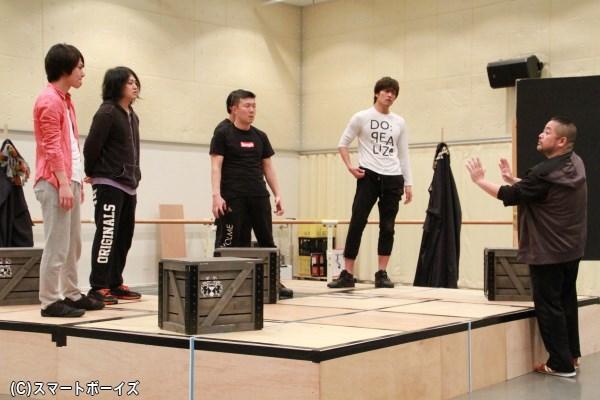 演出・西田シャトナー伯からの指摘を真剣な表情で聞くキャストたち