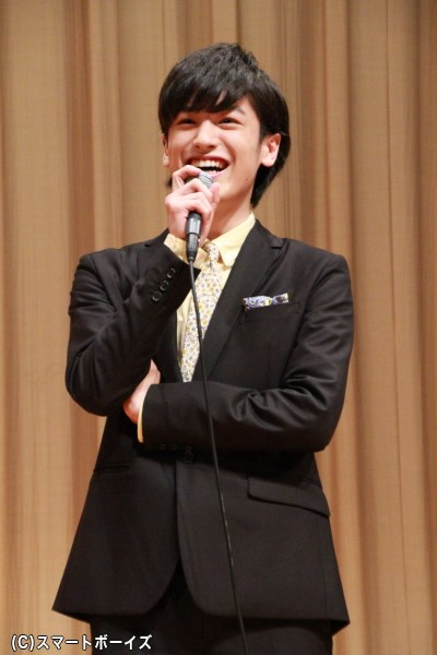 舞台挨拶中は常に笑顔だった中村さん。18歳のスーツ姿はカッコいいというよりカワイイ!?
