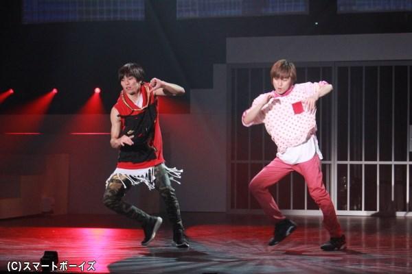 橋本汰斗さん(向かって左)と千葉涼平さんの息の合ったダンス!