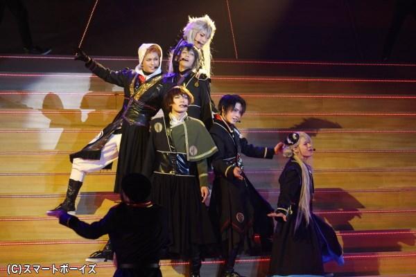 黒を基調にした衣装で登場した刀剣男士たちが歌い踊る、第2部がスタート!