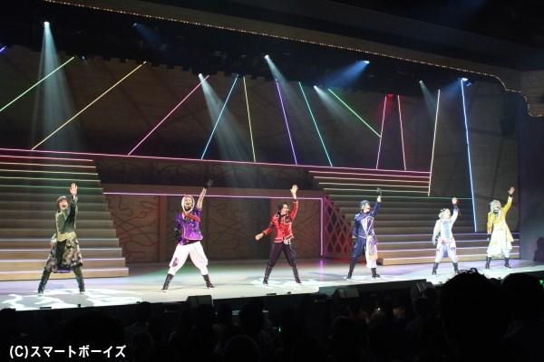 客席ではペンライトが揺れる2部は、さながらアイドルコンサートの盛り上がり!