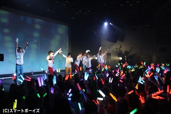 ファンの皆さんも一体感たっぷり、ライブはさらに熱く盛り上がります!