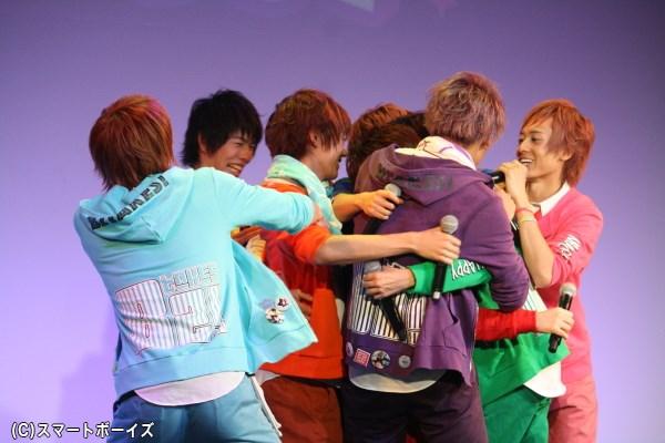 松本さんに一斉に駆け寄るメンバーたち、強い絆が伝わります