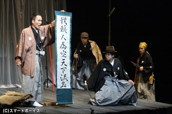 高橋瀬左衛門を演じる板垣雄亮さん(写真左端)は、弥十郎の妻・皐月なども演じます