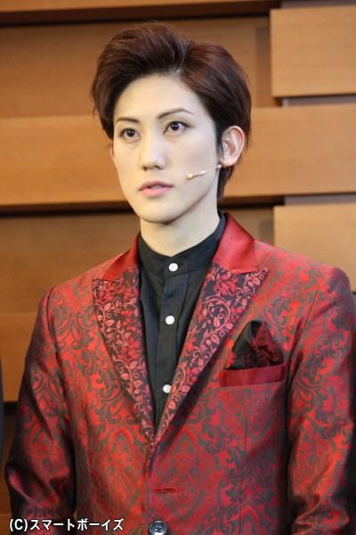 赤いスーツ姿がよく似合うマフィアのNO.2、スワン役の植原卓也さん