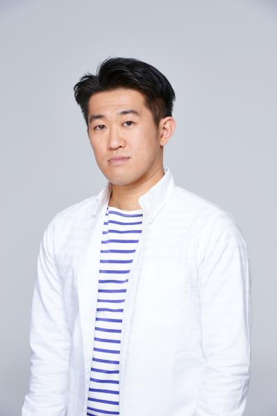 初演・再演から役を変え、速記者として出演する鈴木ハルニさん