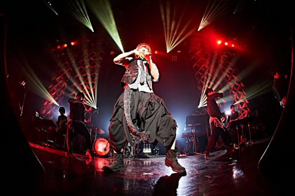 ダンサーを従え、ハードなサウンドにのせてSONG & DANCE!