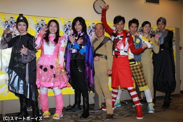 (左より)安川純平さん、須藤茉麻さん、斉藤秀翼さん、モト冬樹さん、馬場良馬さん、伊勢大貴さん、山本一慶さん、小坂涼太郎さん