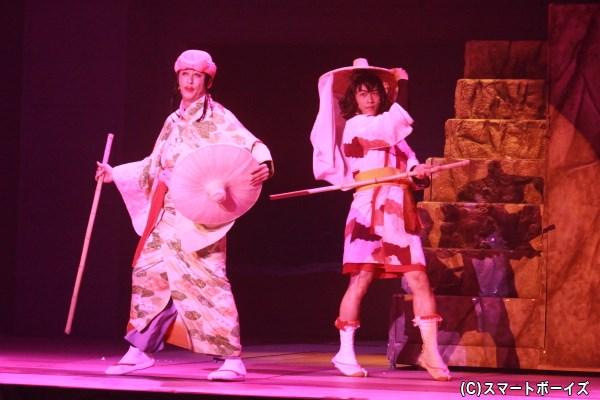 伝子さん(左:今井靖彦)&半子さん(右:真佐夫)、今回も妖艶に歌い踊ります