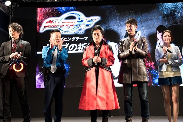 主題歌を担当するのはアニソンの帝王・水木一郎さん(中央)