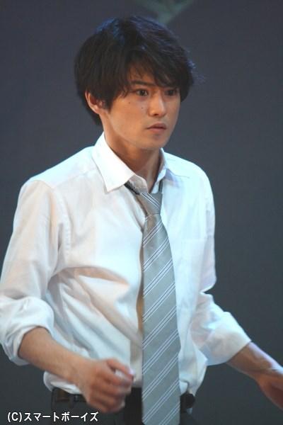 煩悶するインテリことクリスチャンの道井磨多井(みちい またい)役の原嶋元久さん