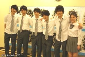 スイサンズの仲間たちと、同級生・寅一知花(とらいち しるば)役の小槙まこさん(写真右端)の高校生チーム