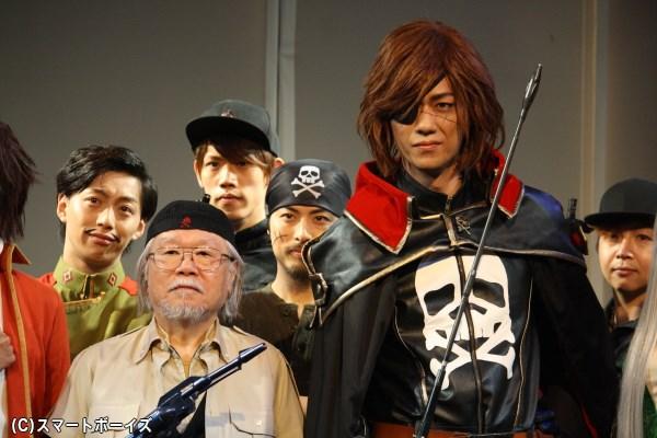 (前列左から)劇中の武器をもってポーズする、松本零士さんと林野健志さん