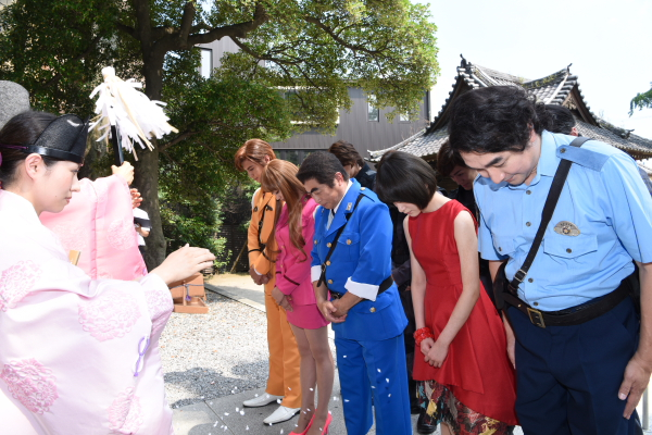衣装姿のキャスト陣が揃って、漫画にも登場する香取神社で成功を祈願!