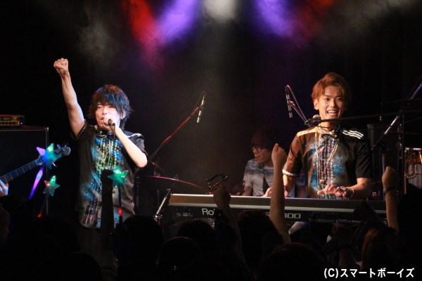 6月に行われたライブより初出しショット (左)ボーカル担当のHITOさん、(左)作詞・作曲・アレンジ担当の平牧仁さん