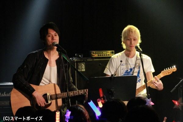なかなか見られない伊勢さんのギター姿、そして大西さんはトッキュウジャーTシャツ!