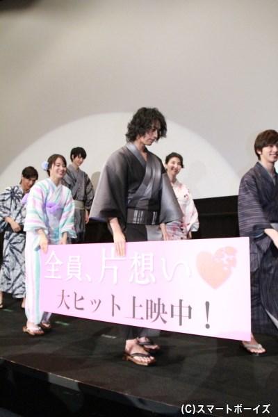 舞台挨拶が終了し、パネルを持ちながら降壇する斎藤さんと広瀬さん。なんとも微笑ましい光景。