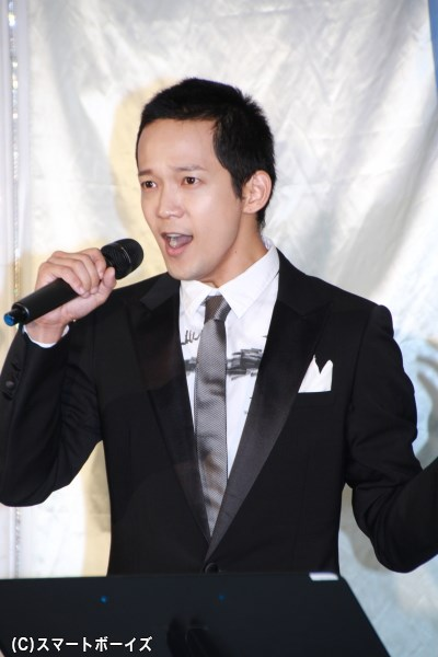 歌唱披露メドレーで熱唱する辻本祐樹さん