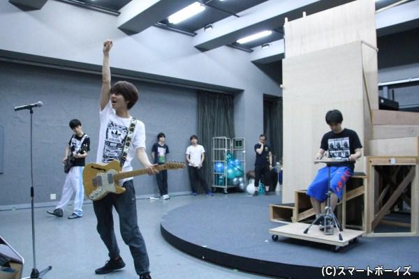 歌のシーンは見どころの一つ。多和田さんの美声に注目です!