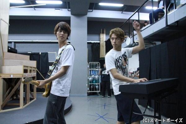 音楽ユニット「三ツ星サラバ」でキーボードを担当している平牧さん。演奏するしぐさは違和感なし!