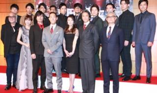 脚本のマキノノゾミさん(前列左端)と演出の堤幸彦さん(前列右端)と主要キャスト15人が集結!
