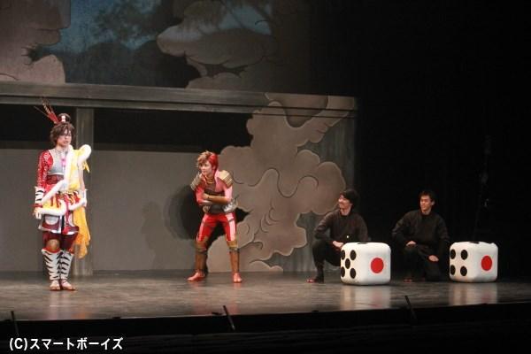 前田慶次(伊阪達也)と島左近(斉藤秀翼)がガチで丁半勝負。負けた方はモノマネを披露
