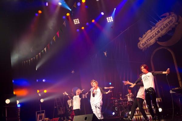 豪華ミュージシャン陣の演奏の元、5人での熱いライブも披露!