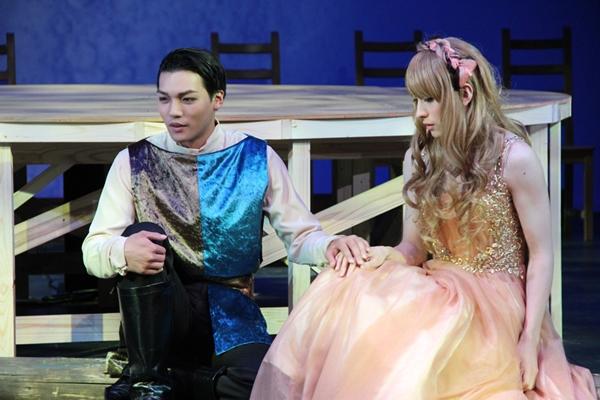 (右)ハーミア役の山本一慶さん、(左)ライサンダー役の章平さん