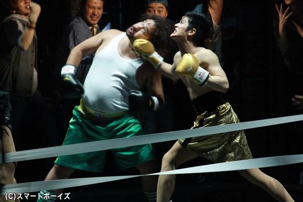 自分を受け入れない従業員のドンと、ローラは拳で勝負をつける!