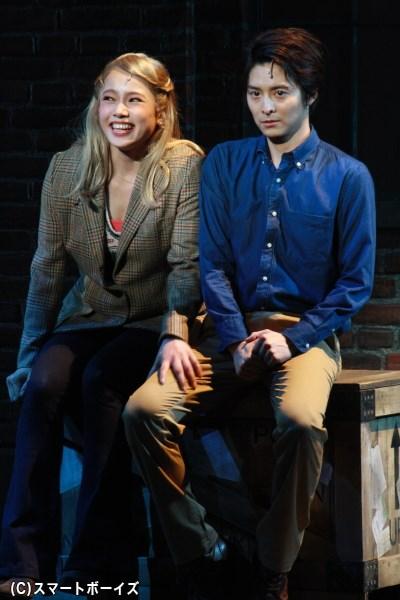 従業員のローレン(左・ソニンさん)は、次第にチャーリーに惹かれていく