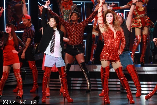 フィナーレではキャスト全員が、ピンヒールのブーツ姿でダンス!