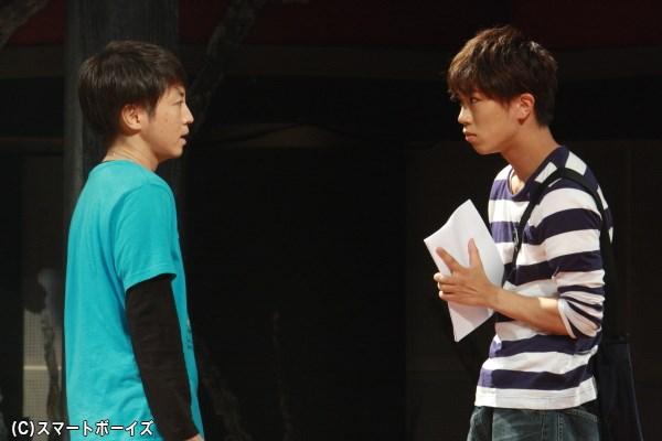 事情を知らない川上(左・長谷川哲朗さん)と津田(右・高根正樹さん)は勘違いを引き起こす