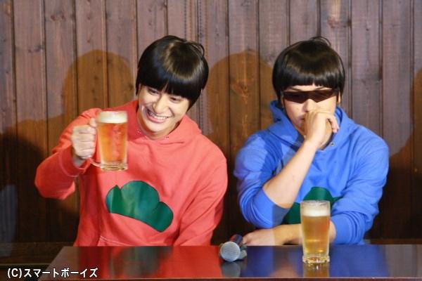 (左から)長男・おそ松役の高崎翔太さん、次男・カラ松役の柏木佑介さん