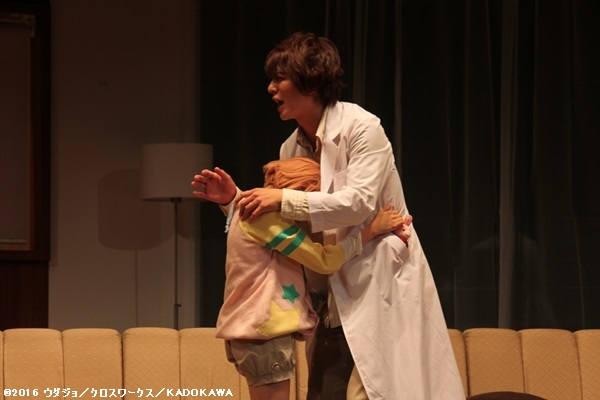 雅臣役の石井由多加さん(右)と弥役の古賀瑠さん(左)が熱い抱擁!