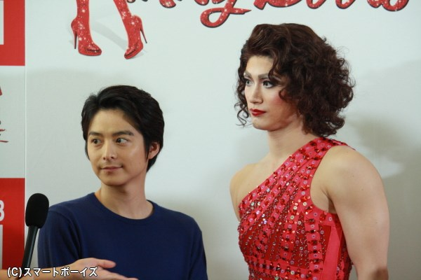 (写真左から)小池徹平さんも、三浦春馬さんの美貌にウットリ!?